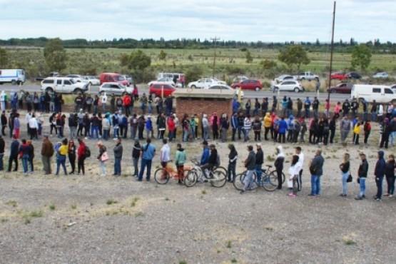 Tres mil personas buscaron trabajo en una pesquera que todavía no tiene habilitación