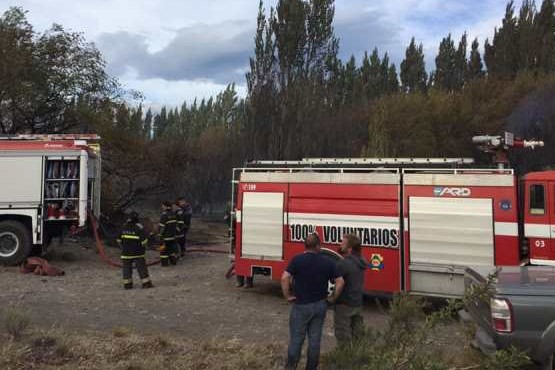 Bomberos de Chile Chico apoyó por más de cinco horas emergencia en Los Antiguos