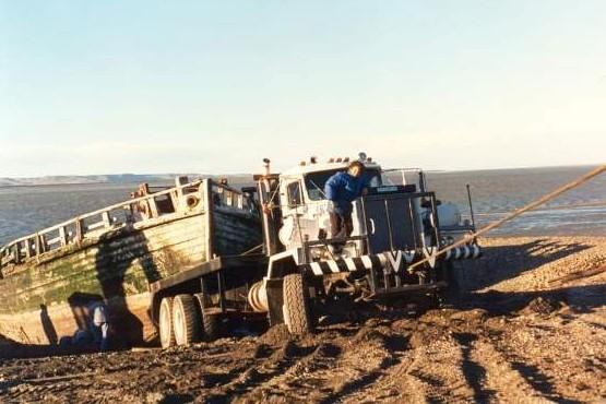 Un camión remolca la Chata Swift. Luego fue necesaria una grúa de la empresa kesen. (Jorge Martin).