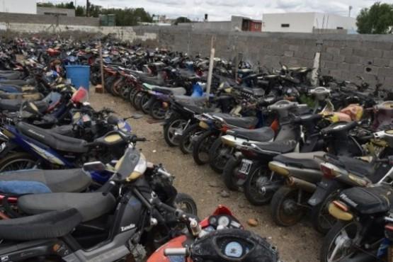 Centenares de motocicletas continúan arrumbándose en un corralón municipal