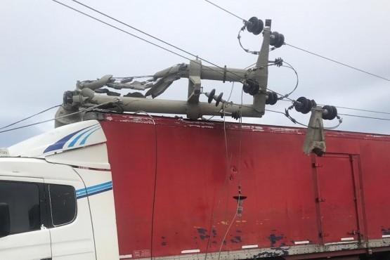 Camión embistió un transformador de media tensión y hay barrios sin luz