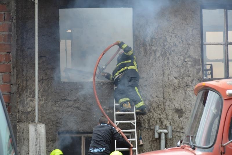 Trabajos de bomberos para controlar el fuego. (C.R)