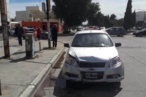Pasó un semáforo en rojo y chocó a otro vehículo en pleno centro