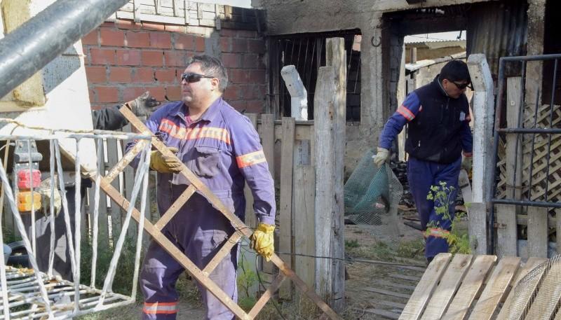 Retiran escombros de casas damnificadas por incendio