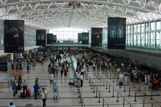 Peligran los vuelos en Ezeiza por asambleas gremiales: no se descartan paros
