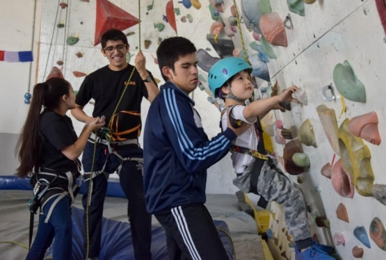 Los chicos escalando.