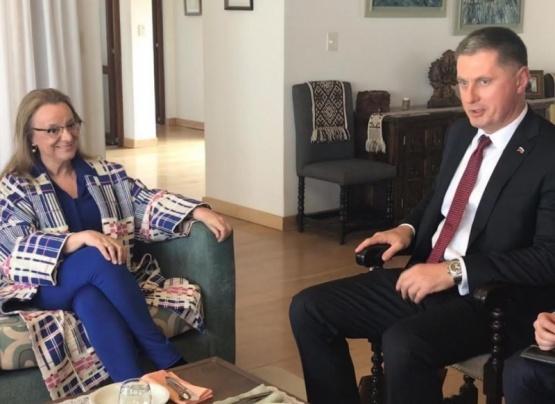 Alicia junto al diplomático ruso.