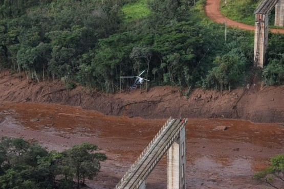 Retoman búsqueda de 300 desaparecidos en Brasil y Bolsonaro sobrevoló la zona del desastre
