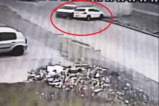 A toda velocidad en Autovía: terminó en la calle paralela y chocó un auto estacionado