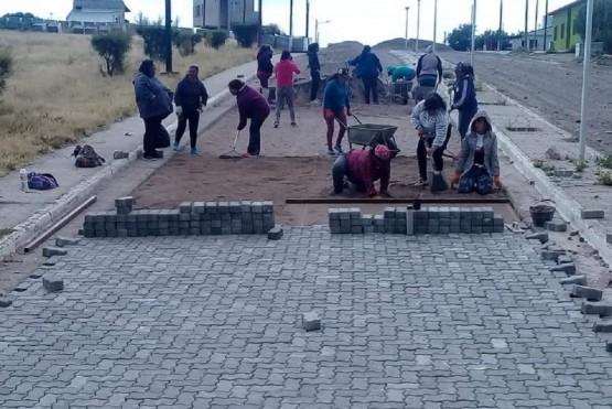 Un grupo de mujeres pavimentará 3 kilómetros de calles