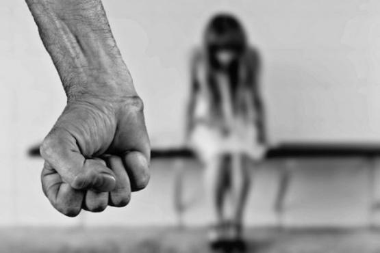 Fue detenido y expulsado de su hogar por golpear a su pareja