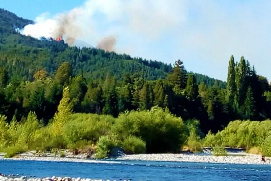 Combaten dos incendios forestales en zona de Lago Puelo y en el límite de Epuyén-El Hoyo