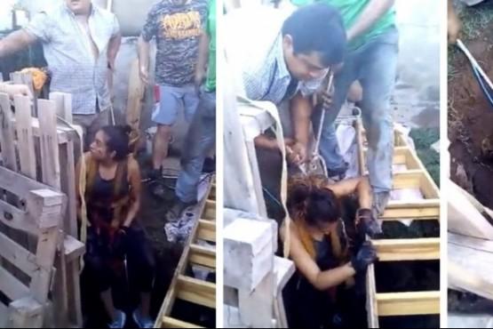 Video: una mujer descendió a un pozo de 12 metros para salvar a dos perros que se habían caído