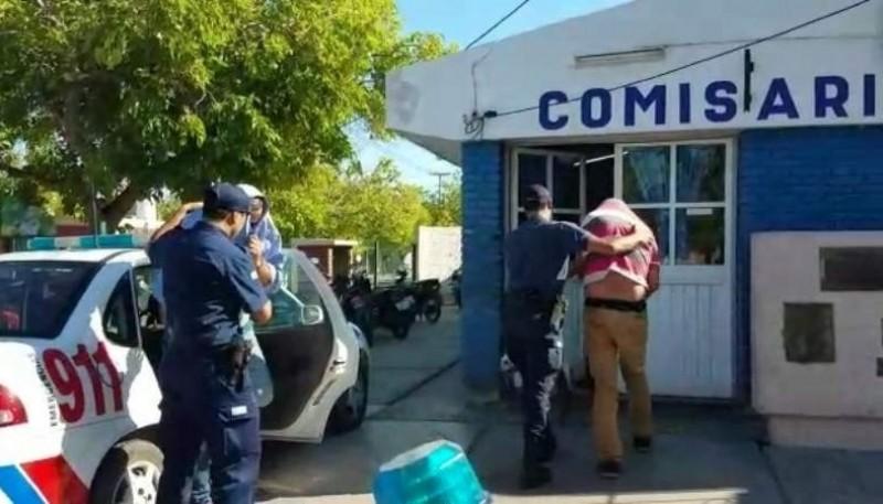 Momento en que son ingresados a la Comisaría de Rawson los sospechosos del robo de camionetas