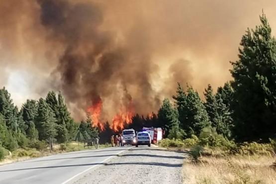 Cortaron la Ruta 40 y evacuaron familias por otro incendio