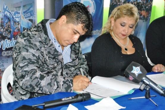 Vidal firmando el convenio (JCC)