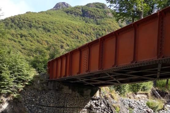Trabajos en el puente situado sobre el arroyo