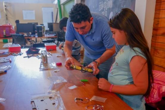Niños realizan curso de robots en el Club de Emprendedores