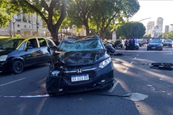Auto fuera de control chocó una parada de taxis frente al Hipódromo de Palermo: un muerto
