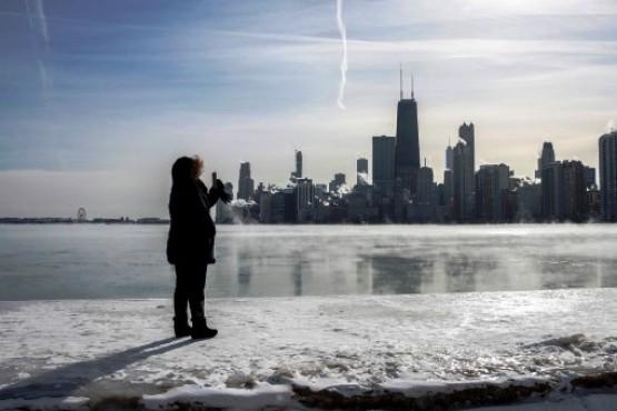 Una mujer fotografía el lago Michigan (Chicago) congelado por las temperaturas polares que experimentan amplias zonas del norte de Estados Unidos. / EFE - KAMIL KRZACZYNSKI