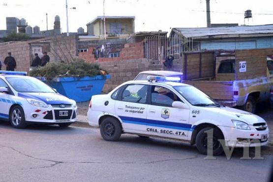 Robaron dos comercios a punta de pistola y fueron detenidos