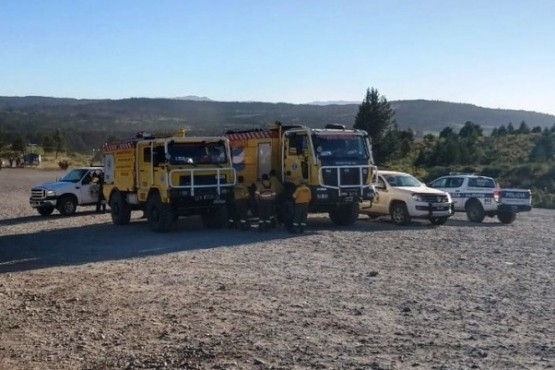 Refuerzan con maquinaria vial la lucha contra el incendio en Epuyén