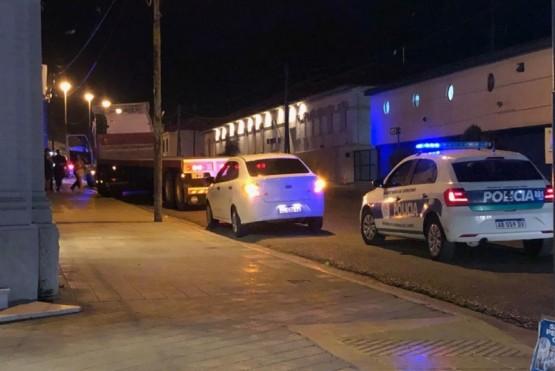Camionero impactó con un semáforo y chocó dos autos