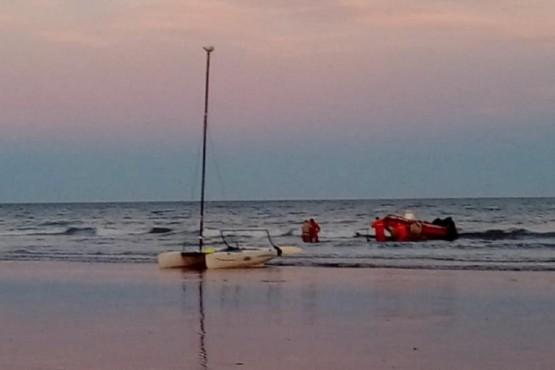 Rescataron a un hombre que navegaba en Punta Peligro