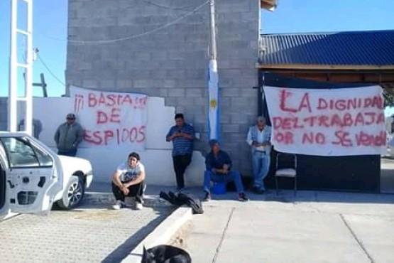 Municipales encadenados reclaman y analizan una huelga de hambre