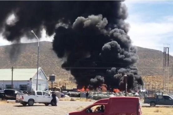 Incendio en un depósito de tanques de agua