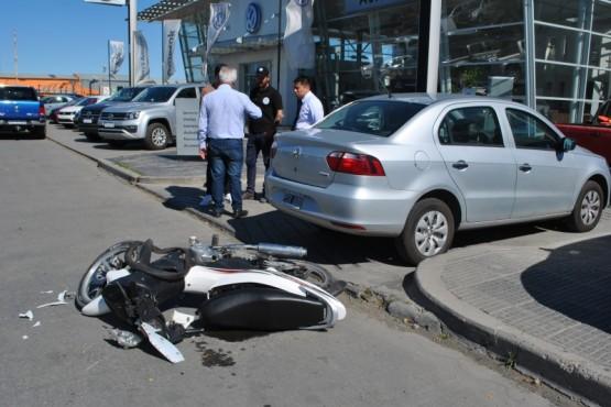 Un joven resultó herido tras chocar su moto con un auto