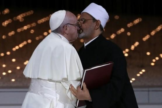 El beso entre Francisco y el imán Sheikh Ahmed al Tayeb que recorre el mundo (Reuters)