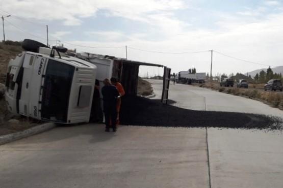 Volcó un camión cargado de asfalto