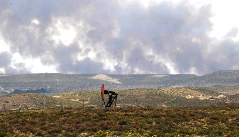Vista panorámica del incendio de campos tomada desde al trayecto de la Ruta 12 que une Caleta Olivia con Cañadón Seco.