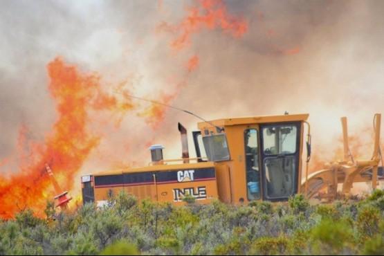 Difícil control e incendio de campos desatado en áreas de explotación petrolera