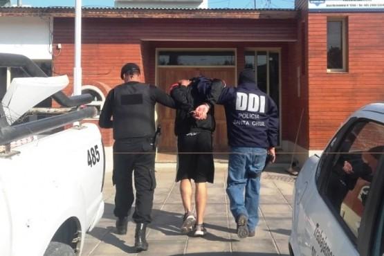 Momento en que algunos de los sujetos, sospechosos de los ilícitos fueron detenidos y trasladados a las dependencias de jurisdicción.