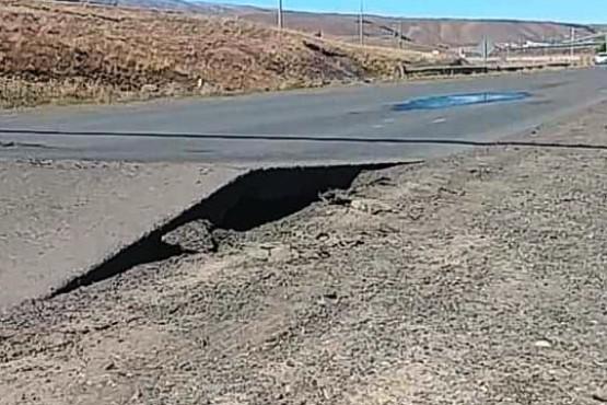 Por las altas temperaturas se levantó la carpeta asfaltica en plena ruta
