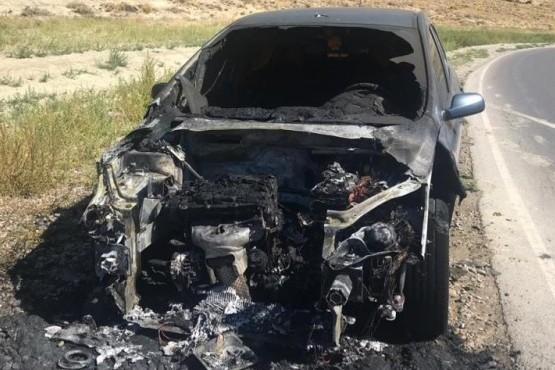 AHORA: se prendió fuego un auto en el camino centenario