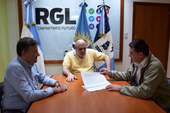 Hubo firma de convenio y Consur SRL terminará la obra del nuevo vaciadero