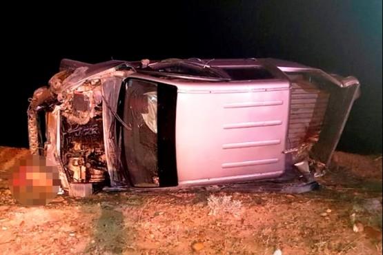 Dos hombres murieron al volcar una camioneta