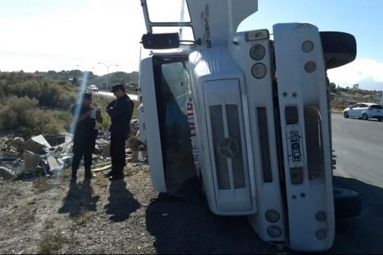 Camión con chatarra volcó en el acceso a Puerto Madryn