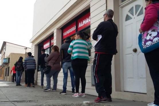 Grandes y jóvenes hacen fila por un puesto de trabajo