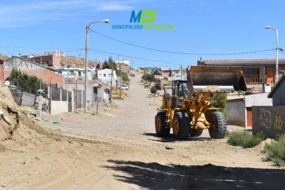 Trabajos viales y de limpieza en barrios de Caleta Olivia