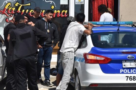 Dos de los cuatro jóvenes demorados en la vía pública por personal del Comando Radioeléctrico, al momento de ser requisados.
