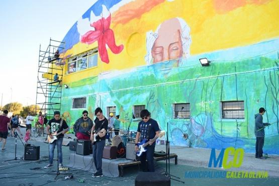 Artistas caletenses plasman un mural en el Complejo Deportivo Municipal
