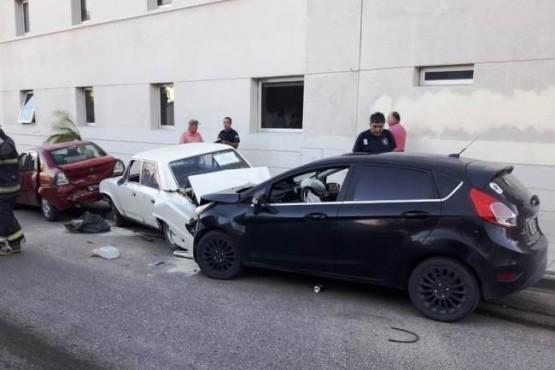 Manejaba borracho y chocó a cuatro autos estacionados