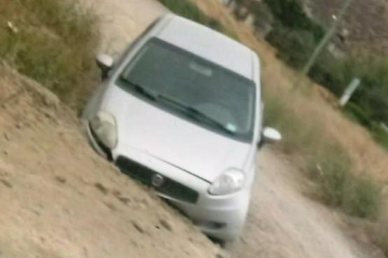 Conducía y el auto se cayó en una grieta