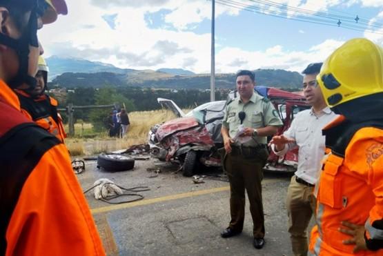 Auto argentino protagonizó un triple choque que dejó dos muertos y once heridos