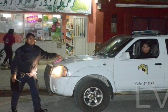 Un delincuente armado asaltó un almacén