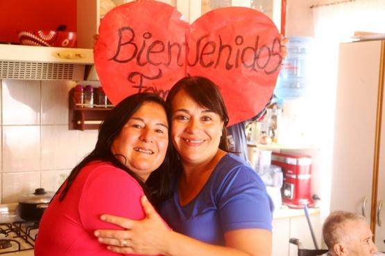 Epígrafe: Nora y Andrea, las hermanas que se reencontraron. Foto: Cristian González.